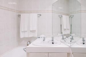 A bathroom at Apollo Hotel