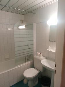 A bathroom at Hôtel Croix des Nordistes