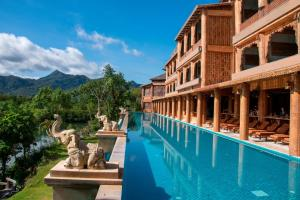Der Swimmingpool an oder in der Nähe von Santhiya Tree Koh Chang Resort