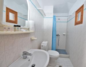 Salle de bains dans l'établissement Caldera View Resort