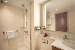 A bathroom at Leonardo London Heathrow Airport