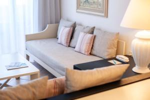 Een zitgedeelte bij Grupotel Macarella Suites & Spa