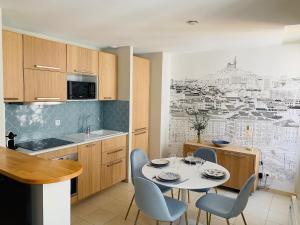A kitchen or kitchenette at L'Escale au Coeur du Vieux Port de Marseille