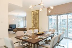 A restaurant or other place to eat at Boutique Living - Dubai Marina Wharf 2