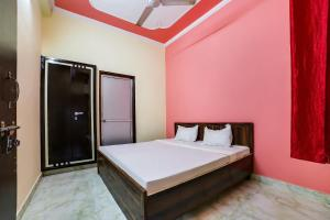 A bed or beds in a room at SPOT ON 36052 Hotel Sapphire