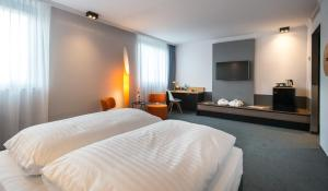 A television and/or entertainment centre at Flemings Express Hotel Wuppertal