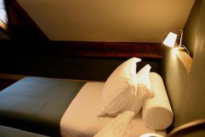 A bed or beds in a room at B&B Au Lion D'or