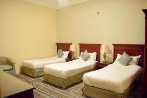 Cama ou camas em um quarto em Qasr Al Ertiqaa Hotel Apartments