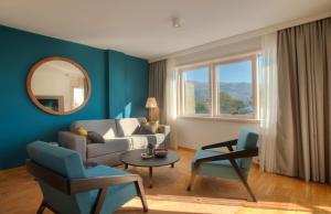 Ein Sitzbereich in der Unterkunft Fontana Hotel & Gastronomy