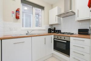 A kitchen or kitchenette at Cozy House in the heart of Beeston with FREE Parking and WiFi