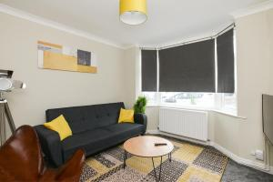 A seating area at Cozy House in the heart of Beeston with FREE Parking and WiFi