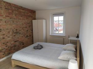 A bed or beds in a room at Old Town Mystery-