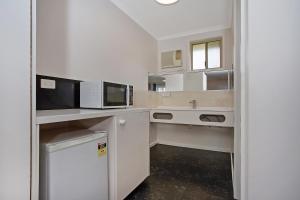 A kitchen or kitchenette at Gateway Motor Inn Warrnambool