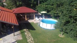 Изглед към басейн в Къща за гости Марияна или наблизо