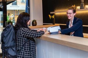 De lobby of receptie bij Antwerp Hotel National
