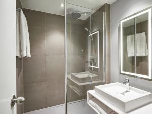 A bathroom at Novotel Ieper Centrum