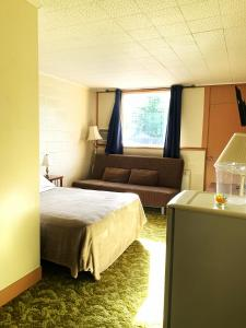 A bed or beds in a room at Manitou Motor Inn