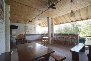 A restaurant or other place to eat at OYO 967 Cajoma Guesthouse