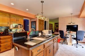 A kitchen or kitchenette at Arborhouse **** Naperville-Lisle