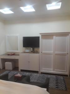 Uma TV ou centro de entretenimento em نزل البحر - Sea Inn