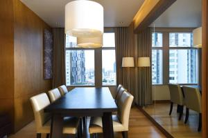 A restaurant or other place to eat at Marriott Executive Apartments Bangkok, Sukhumvit Thonglor