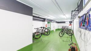Фитнес-центр и/или тренажеры в Caravel Bike Hotel