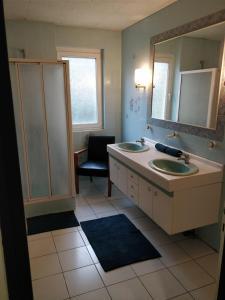 A bathroom at Maison des Vignerons