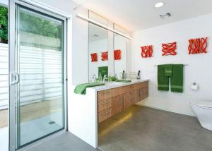 A kitchen or kitchenette at Glass and Steel House 2012