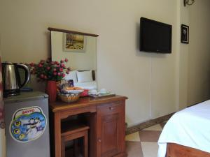 A television and/or entertainment center at Hanoi Ecogreen Hostel