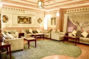 Uma área de estar em Qasr Al Ertiqaa Hotel Apartments