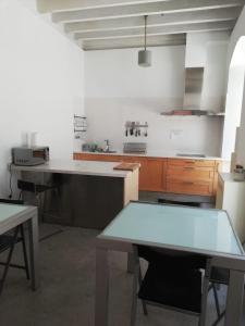 Cuisine ou kitchenette dans l'établissement Traveller Box Hostel
