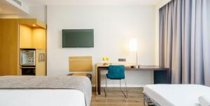 A bed or beds in a room at Ilunion Valencia 4