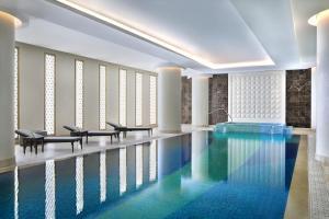 المسبح في هيلتون الرياض أو بالجوار