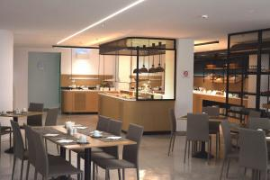 A restaurant or other place to eat at Capsis Astoria Heraklion