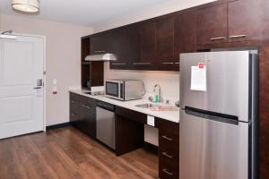 A kitchen or kitchenette at TownePlace Suites by Marriott Ontario Airport