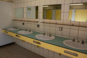 Salle de bains dans l'établissement Camping des Rochers des Parcs