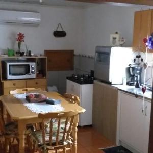 A kitchen or kitchenette at Casa da Silvia Gramado