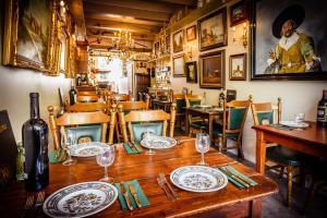 A restaurant or other place to eat at De Vliegende Vos het geboortehuis van Johannes Vermeer