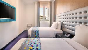 سرير أو أسرّة في غرفة في Fairway Colombo - Level 1 Certified