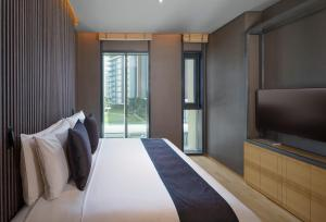 A bed or beds in a room at The Residences Caesars Palace Bluewaters