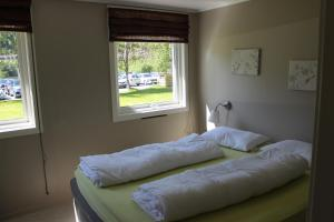 A bed or beds in a room at Trolltunga Overnatting Skjeggedal