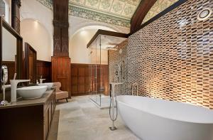 A bathroom at DoubleTree by Hilton Hotel & Spa Liverpool