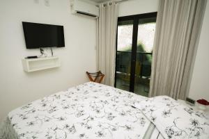 A bed or beds in a room at Conforto E Localizacao