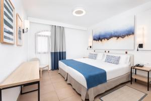 Een bed of bedden in een kamer bij HD Parque Cristobal Tenerife