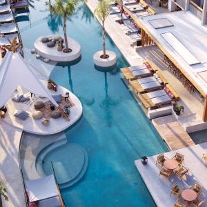 Ein Blick auf den Pool von der Unterkunft The Syntopia Hotel oder aus der Nähe
