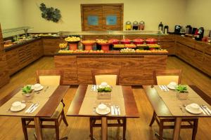 A restaurant or other place to eat at Mercure Curitiba Golden