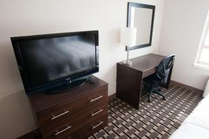 A television and/or entertainment centre at Western Star Inn & Suites Esterhazy