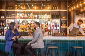 The lounge or bar area at Novotel London Bridge