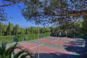 Tennis and/or squash facilities at Cala Nostra- Roca Rosa or nearby