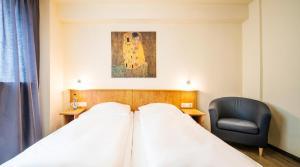 Een bed of bedden in een kamer bij Schroeders City-Style-Hotel
